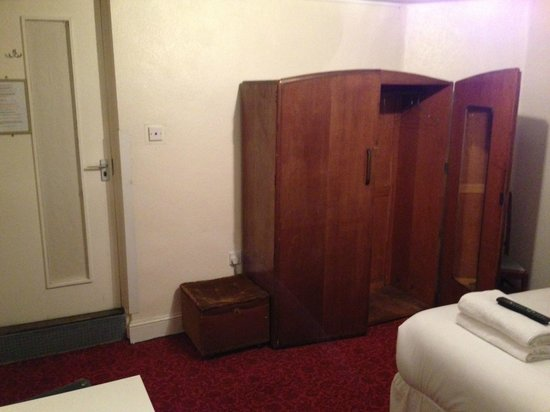 Silk House Hotel: Dilapidated cupboard from the 1970s