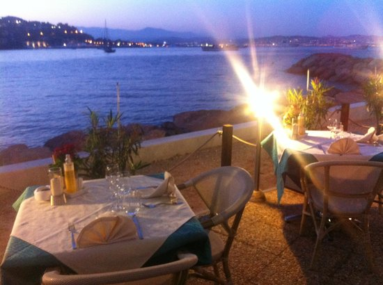 Théoule-sur-Mer, Frankrijk: terrasse le soir