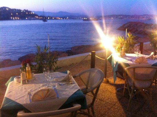 Théoule-sur-Mer, Frankrike: terrasse le soir