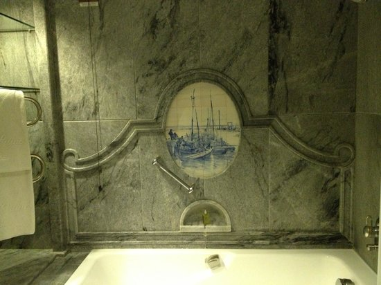 Olissippo Lapa Palace: Bathtub marble wall with antique Portuguese ceramic