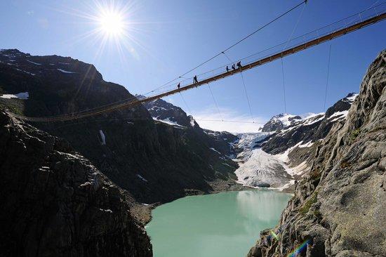 Trift Bridge: Triftbrücke mit Gletscherzunge