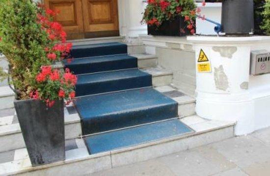 Oxford Hotel London: Hotel entrance