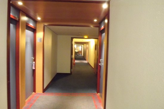 Novotel Suites Paris Nord 18eme: The gloomy corridor