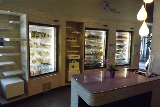 Novotel Suites Paris Nord 18eme: The Hotel's small self service food area