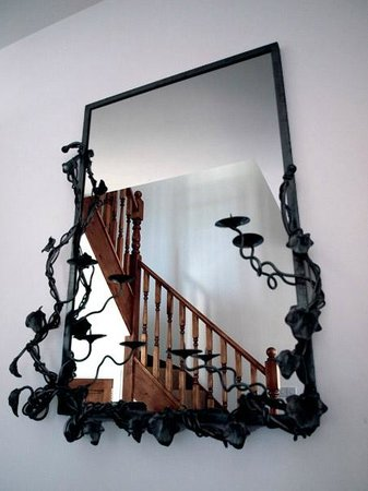 Agustin Bed & Breakfast: Staircase Mirror