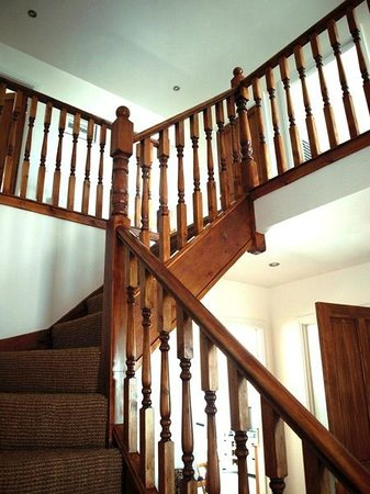 Agustin Bed & Breakfast: Staircase