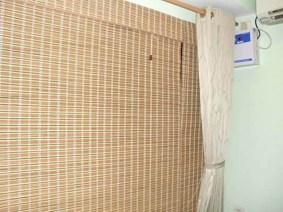 Rains Inn: Bamboo shades