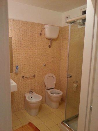 B&B Aprile Dolce Dormire: Vista del bagno...ottimi servizi !
