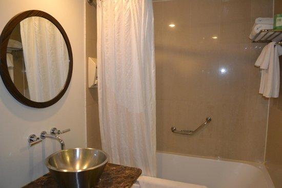 Guam Plaza Hotel: バスルーム(バスタオル、フェイスタオル、ハンドタオルは備え付けあり。)