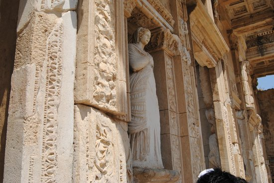 Celsus Library statue - Picture of Celsus Kutuphanesi ...