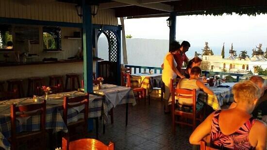 Arhontiko Roofterras Koutouloufari : upstairs sun going down