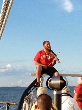 Schooner Manitou : Playing the Fiddle while underway