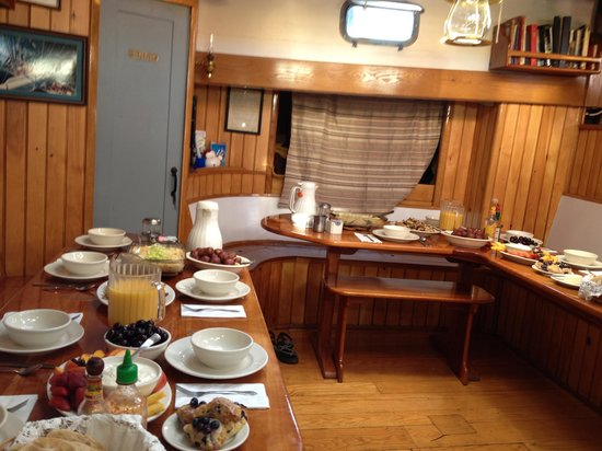 Schooner Manitou : All ready for Breakfast