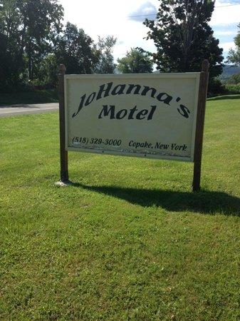 Johanna's Motel & Restaurant: Sign is not lit at night