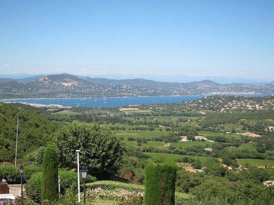 Hôtel les Palmiers : Uitzicht richting St Maxime vanuit het dorp Gassin