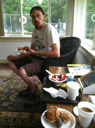 Blue Spruce Motel: Enjoying the continental breakfast.