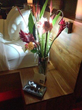 Kura Design Villas Uvita: Surprise flowers and chocolates for our anniversary