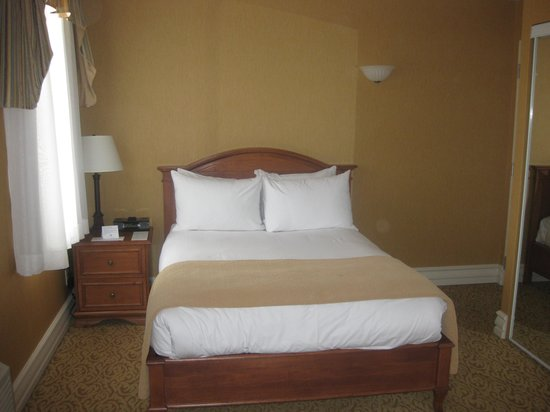 Hotel Manoir Victoria : Small bed, one bedside cabinet
