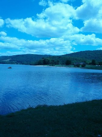 Rocky Gap Casino Resort: Beautiful view of the Lake from the hotel outdoor lounge area