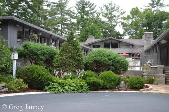 Skyline Lodge and Restaurant: Front of hotel with beautiful landscaping