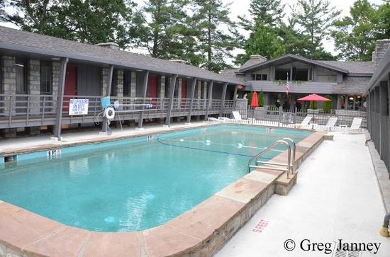 Skyline Lodge and Restaurant: Sparkling clean pool