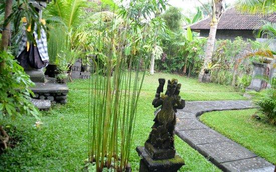 Bali Putra Villa: The garden