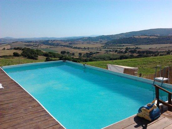 Aia della Colonna: piscina agriturismo con vista sulle colline