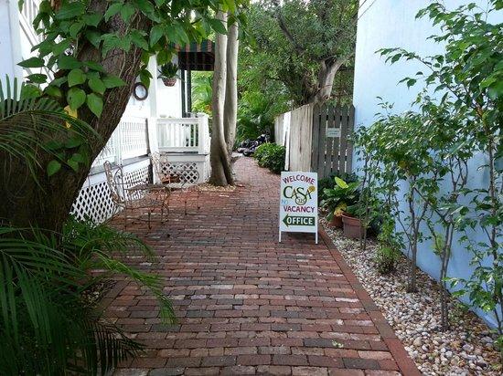 Casa 325: walkway