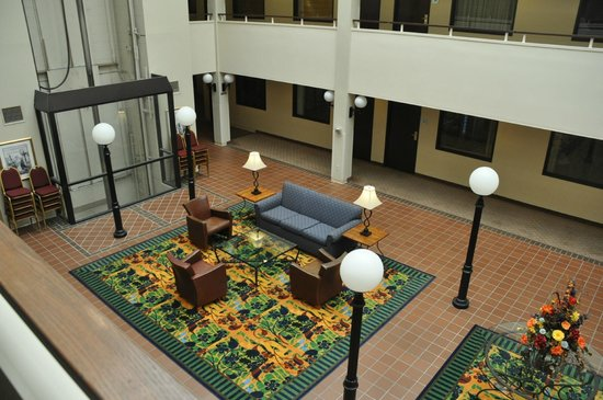 Quality Suites Hotel: Atrium Area