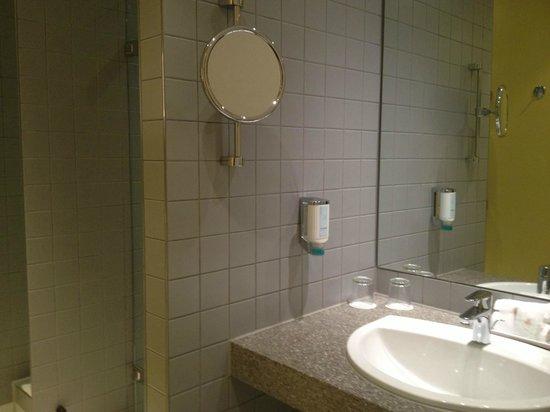 Sheraton Hannover Pelikan Hotel: Zimmer 108 - Nicht sonderlich attraktives Bad