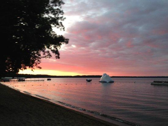 Ruttger's Birchmont Lodge: The beach, Lake Bemidji, the Iceberg that the kids love!
