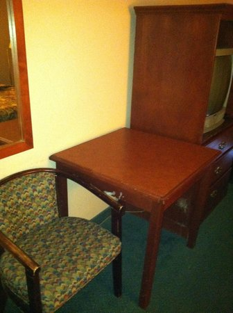 Niagara Lodge & Suites: scarred worn furniture