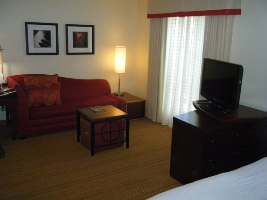Residence Inn Nashville Brentwood : Living area. TV is on a swivel so you can watch TV on the sofa or in bed