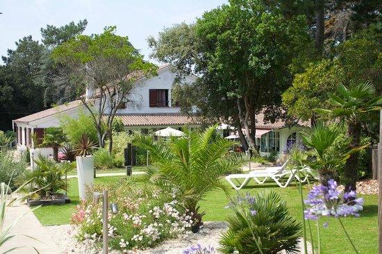 Hôtel Restaurant Les Prateaux : Courtyard garden at Les Prateaux