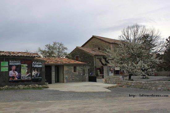 La Ferme Théâtre : vue du 1er parking, des sanitaires, de la boutique et de la salle.