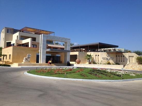 Cretan Dream Royal: l entrata con ampio parcheggio