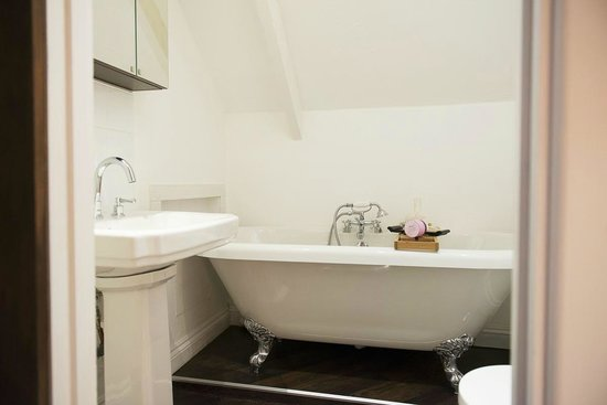 The Grange: Roll top Bath