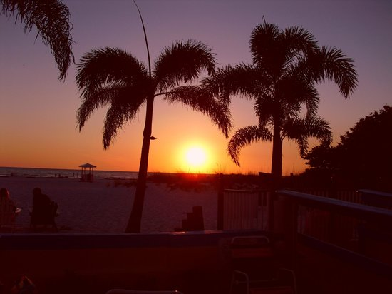 Plaza Beach Hotel - Beachfront Resort : Sunset over the water