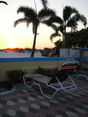 Plaza Beach Hotel - Beachfront Resort : Lounging by the beach