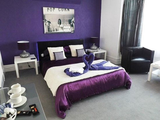 """The Pool Guest House : Deluxe King Room with 46"""" TV, all Sky Channels, DVD player, ipod/pad docking station & seating"""