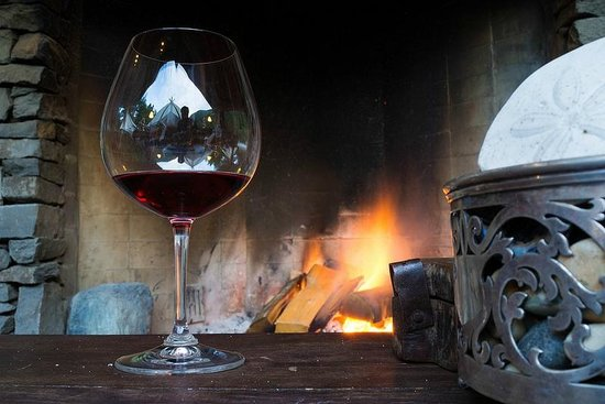 Clayoquot Wilderness Resort: Enjoying wine by the fire
