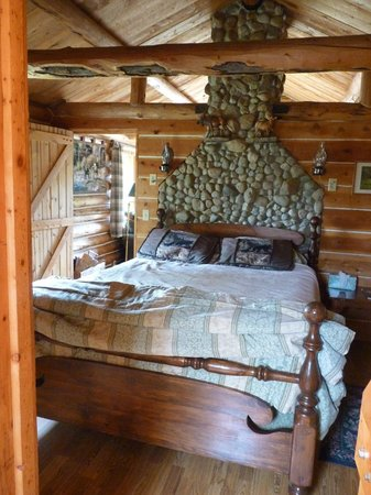 Pole Creek Ranch Bed and Breakfast: Interior of the cabin for two