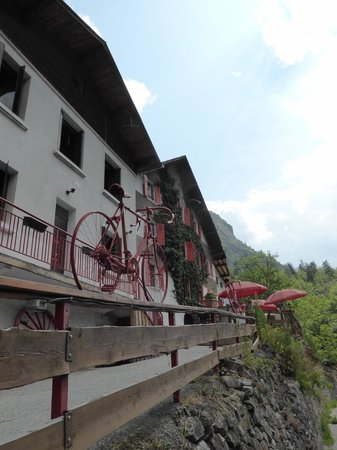 Hotel au Bon Accueil: Red bikes