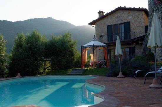 Rustico Sara & Cottage Giusy: Der Pool in der Abendsonne