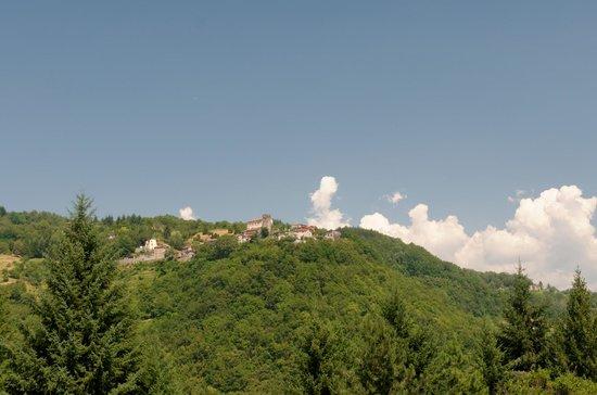 Rustico Sara & Cottage Giusy: Das Haus liegt unterhalb der kleinen Kirche hier von der anderen Seite des Tals ausgesehen