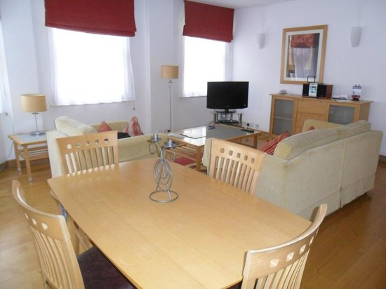 The King`s Wardrobe Serviced Apartments by BridgeStreet: Lounge/diner
