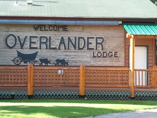Overlander Mountain Lodge: Welcome sign at top of road to the lodge