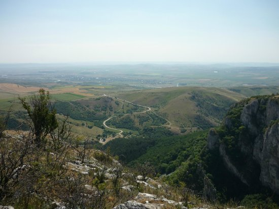 Cheile Turzii - Turda Gorge: view of the south access road from the top