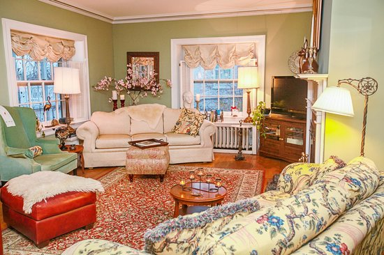 1907 Bragdon House Bed & Breakfast : Cozy Living Room