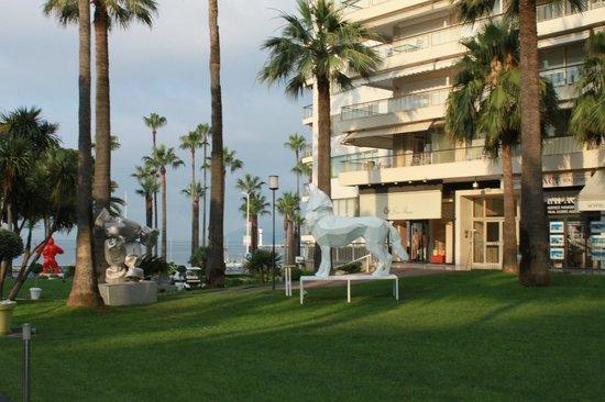 Le Grand Hotel: перед отелем, скульптуры Ричард Орлински
